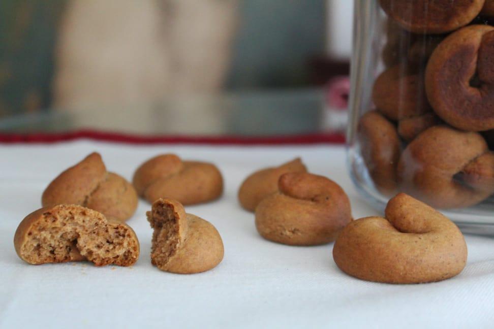 Μουστοκούλουρα με πετιμέζι, μέλι και εξαιρετικό παρθένο ελαιόλαδο, γράφει η Γιάννα.