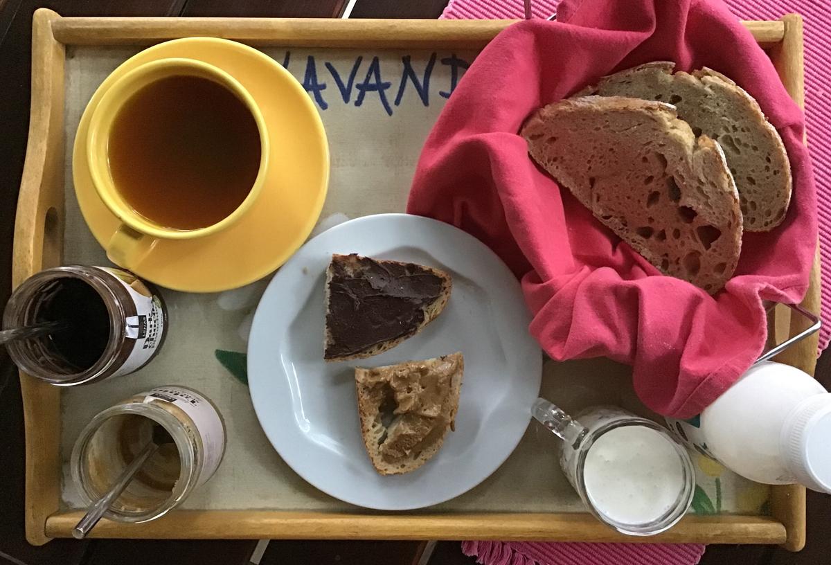 Πρωινό με τσάι, ταχίνι και κατσικίσιο κεφίρ