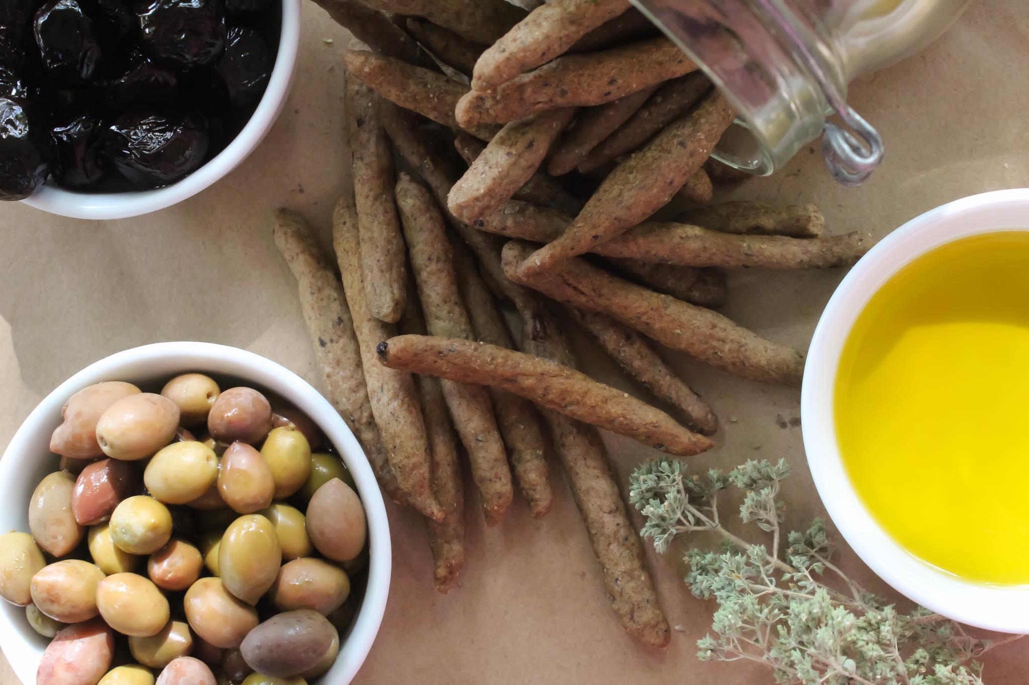 Κριτσίνια ολικής, με ελιές, εξαιρετικό παρθένο ελαιόλαδο, λευκό κρασί και ρίγανη